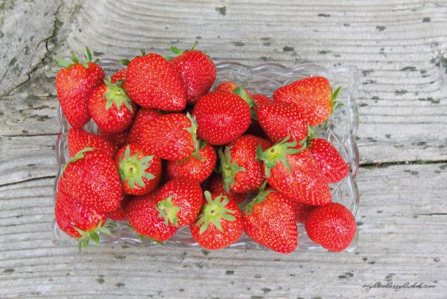 Foto von Erdbeeren auf alter Gartenbank