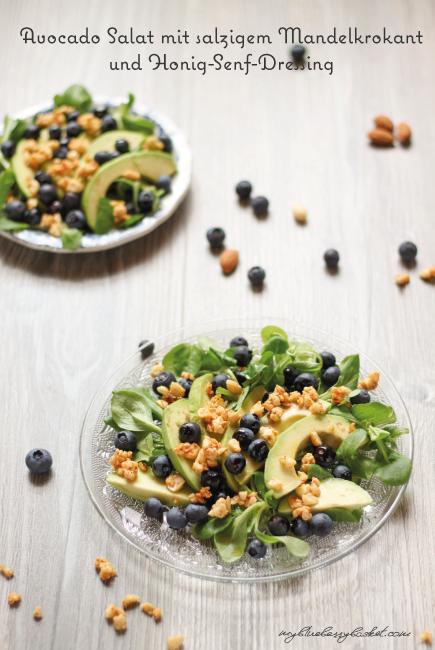 Avocadosalat mit salzigem Mandelkrokant und Honig-Senf-Dressing