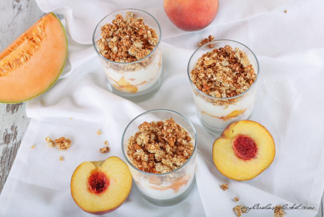 Foto von Knuspermuesli mit Pfirsichen und Joghurt