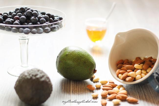 Zutaten zu Avocadosalat mit salzigem Mandelkrokant und Honig-Senf-Dressing