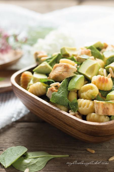 Foto von Gnocchi-Salat mit Huhn und Avocados
